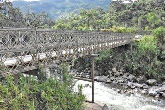Situación. Este puente de ingreso a Palanda que está siendo mejorado, aunque esperan que se construya uno nuevo.